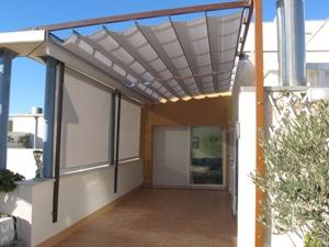 prgola de aluminio lacada en color madera para cerramiento de terraza con toldos